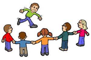 صورة أطفال يلعبون بتشابك الأيدي