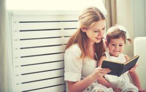 طفلة تحب القراءة مع امها